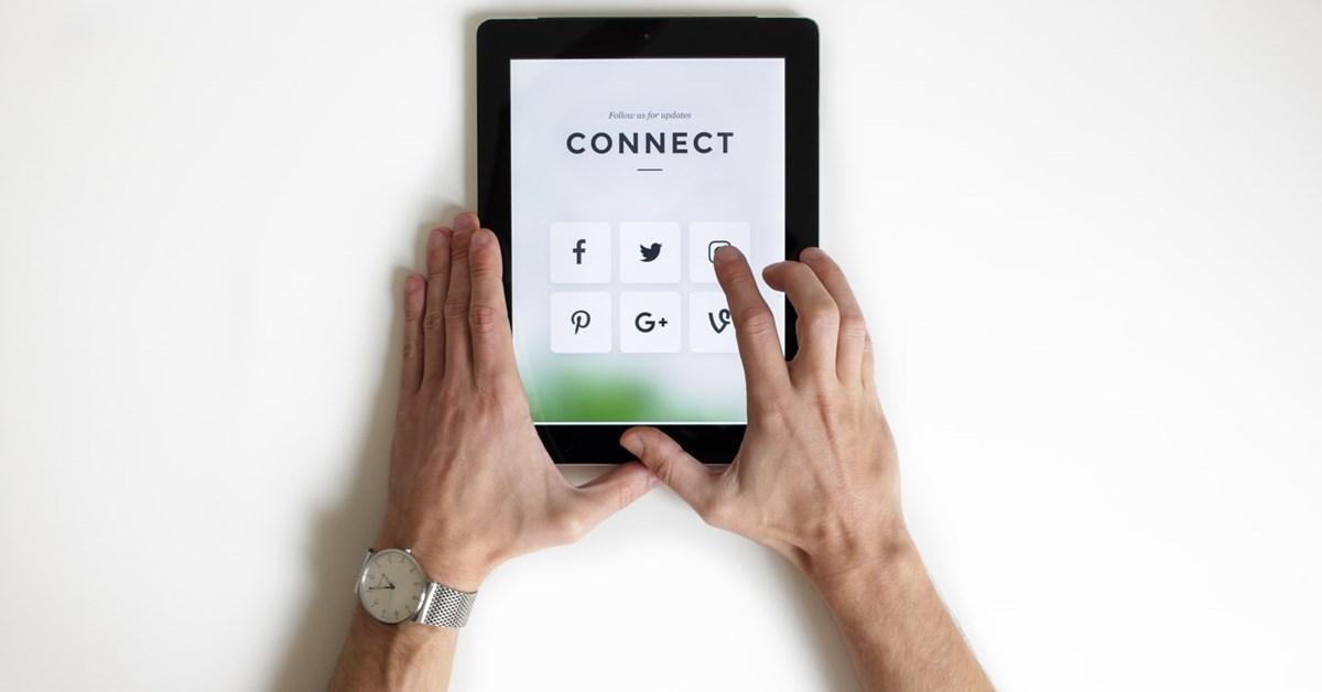 Pune-te la curent cu cele mai actuale tendințe din social media la ACT și Politon Talk Live, invitat Roxana Domnica, Social Media Manager și Fondator Comunitatea M.O.R.E.