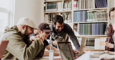 6 ponturi de la Larry Winget care-ți vor face orele petrecute la serviciu mai ușoare și mai plăcute